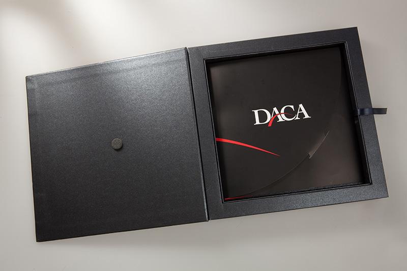 Cofanetto aperto con logo aziendale